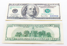 Cédulas dos dólares de um hundert no fundo branco Fotos de Stock Royalty Free