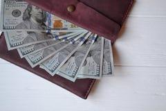 Cédulas e carteira do dinheiro do dólar no fundo de madeira branco Moeda americana Fundo do dinheiro Dólar de Estados Unidos Imagem de Stock