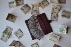 Cédulas e carteira do dinheiro do dólar no fundo de madeira branco Moeda americana Fundo do dinheiro Dólar de Estados Unidos Fotos de Stock