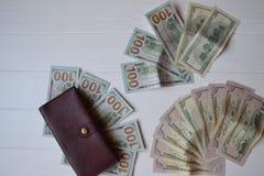 Cédulas e carteira do dinheiro do dólar no fundo de madeira branco Moeda americana Fundo do dinheiro Dólar de Estados Unidos Imagens de Stock Royalty Free
