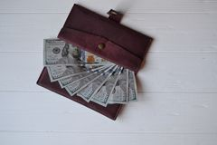 Cédulas e carteira do dinheiro do dólar no fundo de madeira branco Moeda americana Fundo do dinheiro Dólar de Estados Unidos Fotografia de Stock