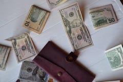Cédulas e carteira do dinheiro do dólar no fundo de madeira branco Moeda americana Fundo do dinheiro Dólar de Estados Unidos Foto de Stock Royalty Free