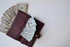 Cédulas e carteira do dinheiro do dólar no fundo de madeira branco Moeda americana Fundo do dinheiro Dólar de Estados Unidos Imagens de Stock
