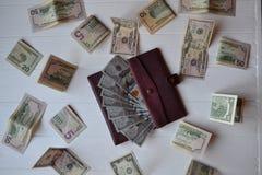 Cédulas e carteira do dinheiro do dólar no fundo de madeira branco Moeda americana Fundo do dinheiro Dólar de Estados Unidos Fotos de Stock Royalty Free