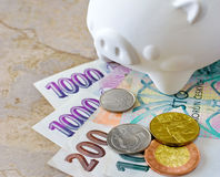 Cédulas e moedas checas da coroa com mealheiro Fotos de Stock Royalty Free