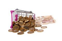 Cédulas e moedas da lira turca com a finança do carrinho de compras concentrada Fotos de Stock Royalty Free
