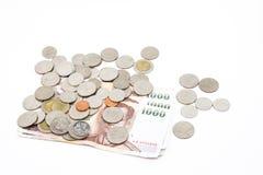 Cédulas e moedas na moeda do baht tailandês Imagens de Stock