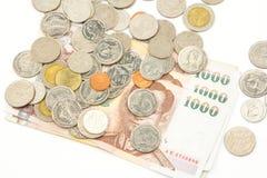 Cédulas e moedas na moeda do baht tailandês Fotografia de Stock