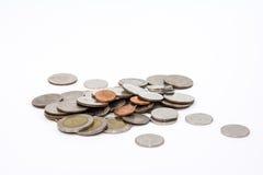 Cédulas e moedas na moeda do baht tailandês Foto de Stock