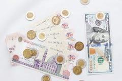 Cédulas egípcias, libras egípcias, dólares americanos Imagens de Stock