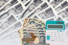 cédulas japonesas dos ienes da moeda com moeda do iene japonês e cal Imagem de Stock