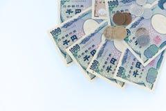 cédulas japonesas dos ienes da moeda com moeda e calculadora do iene japonês no fundo branco Imagem de Stock Royalty Free