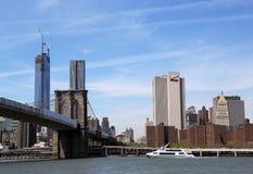 Céfiro de lujo del yate debajo del puente de Brooklyn imagen de archivo libre de regalías
