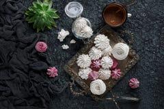 Céfiro hecho en casa de la vainilla y de la frambuesa, melcochas rosadas y blancas deliciosas Foto de archivo