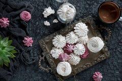 Céfiro hecho en casa de la vainilla y de la frambuesa, melcochas rosadas y blancas deliciosas Imagen de archivo
