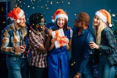 Célébrant la nouvelle année ensemble Groupe des beaux jeunes dans des chapeaux de Santa Photo stock