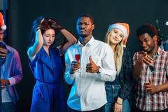 Célébrant la nouvelle année ensemble Groupe des beaux jeunes dans des chapeaux de Santa photo libre de droits