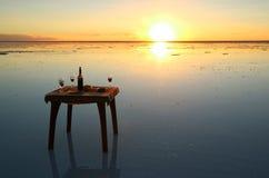 Célébrant sur l'effet de miroir des appartements de sel d'Uyuni au coucher du soleil renversant, la Bolivie, Amérique du Sud image stock