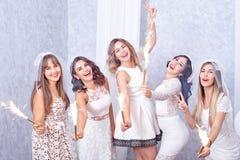Célébration élégante heureuse de cinq jeunes femmes Photo stock