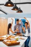 célébration Amis ayant le dîner Manger de la pizza, buvant Images libres de droits