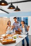 célébration Amis ayant le dîner Manger de la pizza, buvant Photographie stock libre de droits