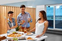 célébration Amis ayant le dîner Manger de la pizza, buvant Photographie stock