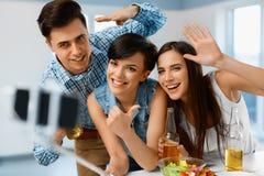 célébration Amis prenant le selfie avec le smartphone Les gens Havin Image stock