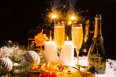 Célébration avec les cierges magiques et le champagne Photographie stock libre de droits