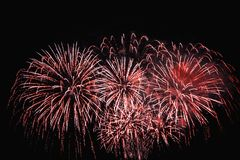 Célébration avec les feux d'artifice rouges magnifiques images stock