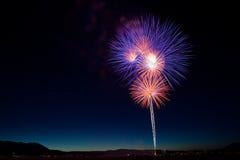Célébration colorée de feux d'artifice du 4 juillet au crépuscule Photo stock