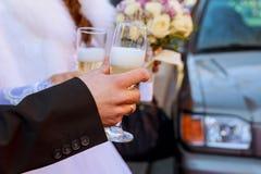 célébration Couplez tenir des verres de champagne faisant un pain grillé Photo stock