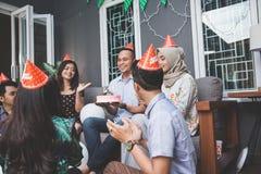 Célébration d'anniversaire avec des amis Image libre de droits