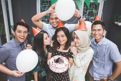 Célébration d'anniversaire avec des amis Images stock