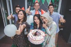 Célébration d'anniversaire avec le pouce d'amis  Photo libre de droits