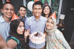 Célébration d'anniversaire avec le selfie d'amis Photos libres de droits