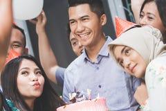 Célébration d'anniversaire avec le selfie d'amis Photo stock