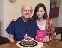 Célébration d'anniversaire de fille de père Photo stock