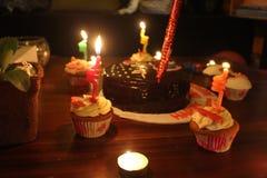 Célébration d'anniversaire pendant la nuit photos libres de droits