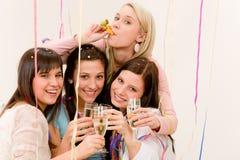 Célébration de fête d'anniversaire - femme avec des confettis Photo stock