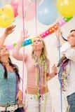 Célébration de fête d'anniversaire - femme avec des confettis Photographie stock