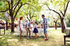 Célébration de famille ou une réception en plein air dehors dans l'arrière-cour images libres de droits