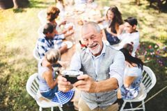Célébration de famille ou une réception en plein air dehors dans l'arrière-cour Images stock