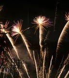 Célébration de feux d'artifice au-dessus de Jour de la Déclaration d'Indépendance juillet de stade en avant Photos libres de droits