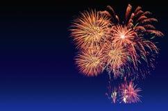 Célébration de feux d'artifice et le fond crépusculaire de ciel Photographie stock