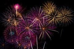 Célébration de feux d'artifice la nuit sur l'espace de nouvelle année et de copie Photographie stock