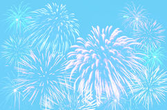 Célébration de feux d'artifice sur le fond cyan en pastel de couleur Photo libre de droits