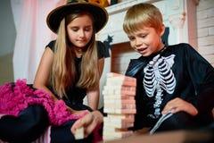 Célébration de Halloween avec une soeur plus âgée Images stock