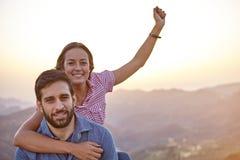 Célébration de jeunes couples posant pour la photo Photographie stock libre de droits