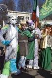 Célébration de jour du ` s de St Patrick à Moscou Les gens dans des costumes de vacances Image libre de droits