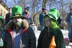 Célébration de jour du ` s de St Patrick à Moscou Les gens dans des costumes de vacances Photographie stock
